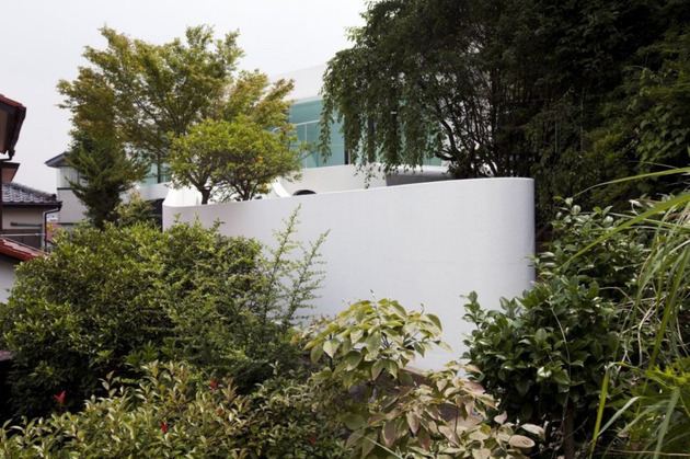 futuristic-curved-wall-house-integrates-nature-and-architecture-8.jpg
