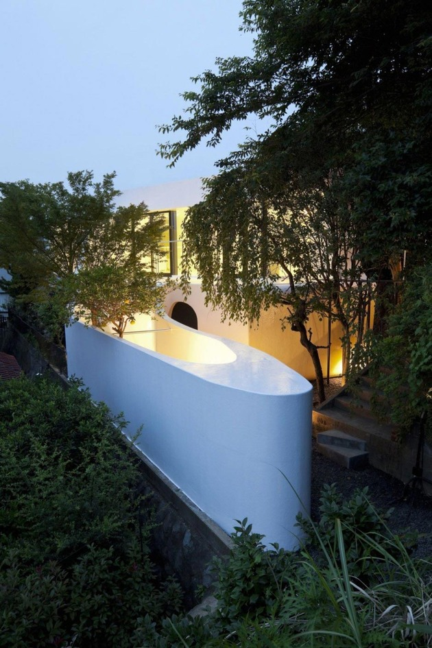 futuristic-curved-wall-house-integrates-nature-and-architecture-9.jpg
