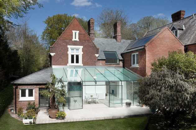 historic brick house with modern glass wing and interiors 1 thumb 630x419 11897 Old house gets an all glass extension
