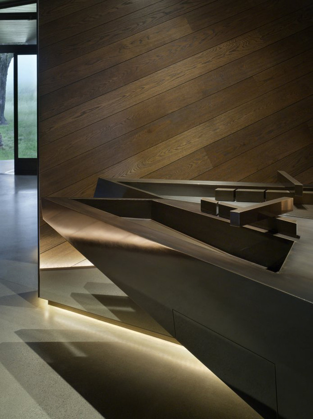 twisted-reflective-house-with-angled-walls-and-ceilings-10.jpg