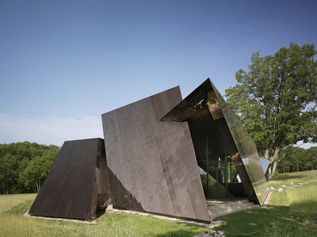 twisted-reflective-house-with-angled-walls-and-ceilings-3.jpg