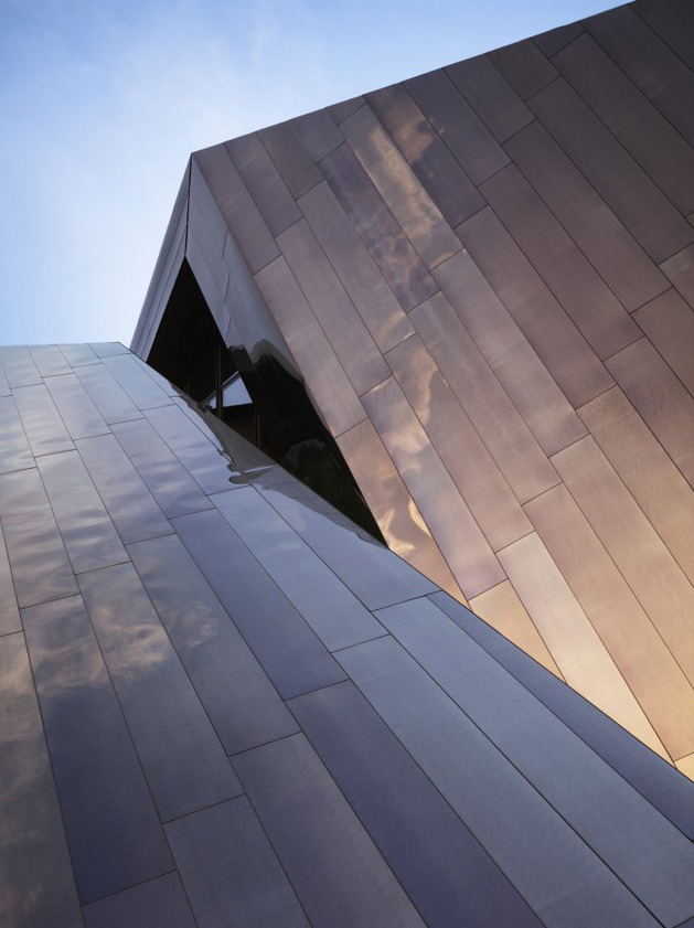twisted-reflective-house-with-angled-walls-and-ceilings-4.jpg