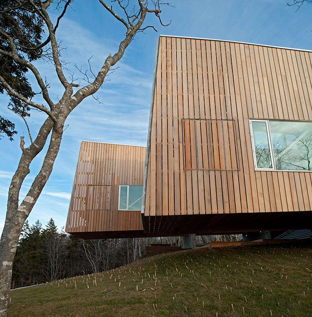 boat-inspired-wood-house-hanging-over-the-ocean-4.jpg