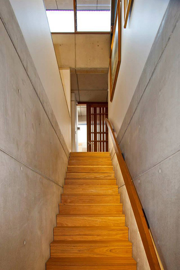 aussie-escarpment-house-with-angled-roof-and-wavy-ceiling-9.jpg