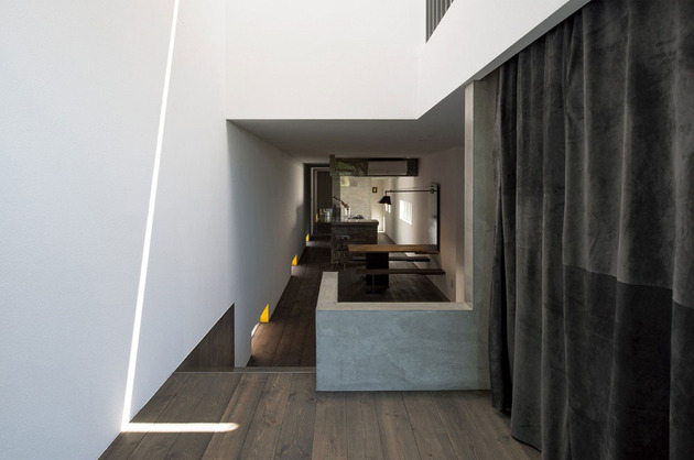 narrow-urban-home-with-concrete-walls-and-upper-bridge-12.jpg