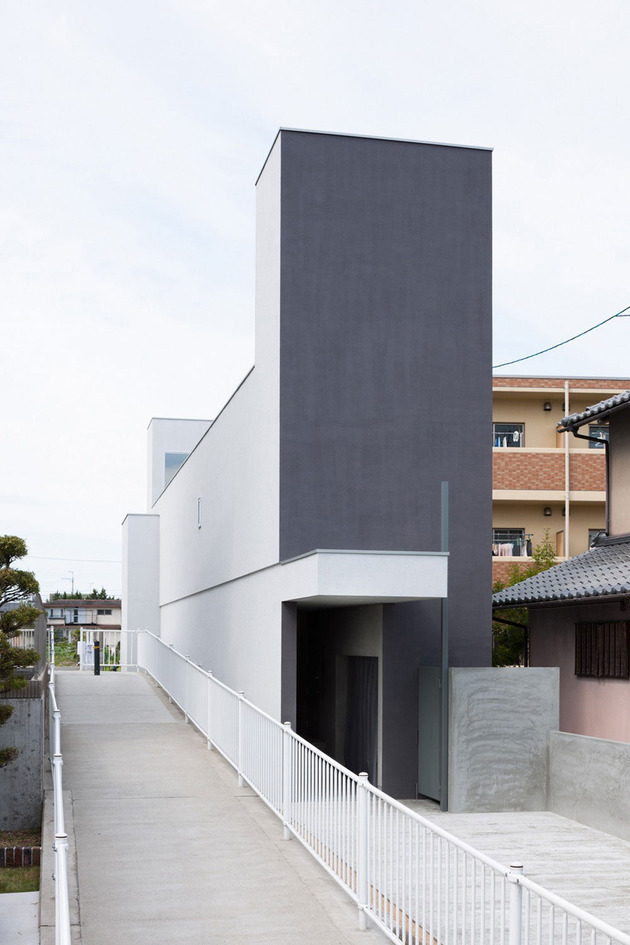 narrow urban home with concrete walls and upper bridge 2 thumb 630x945 13482 Narrow urban home with concrete walls and upper bridge