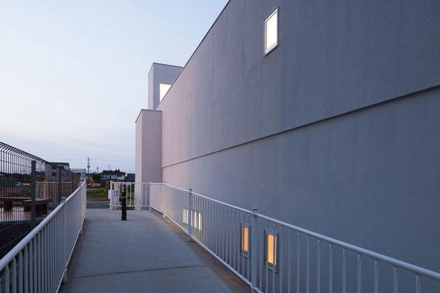 narrow-urban-home-with-concrete-walls-and-upper-bridge-3.jpg