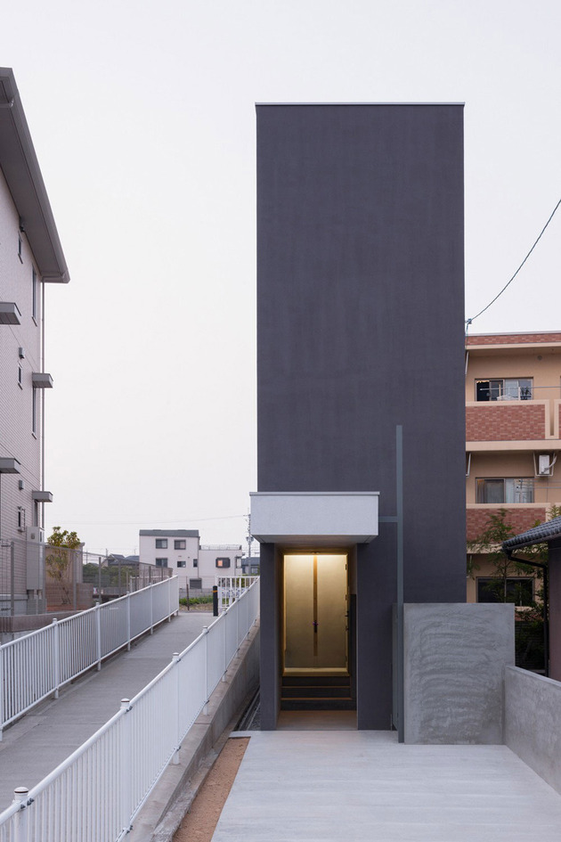 narrow-urban-home-with-concrete-walls-and-upper-bridge-4.jpg