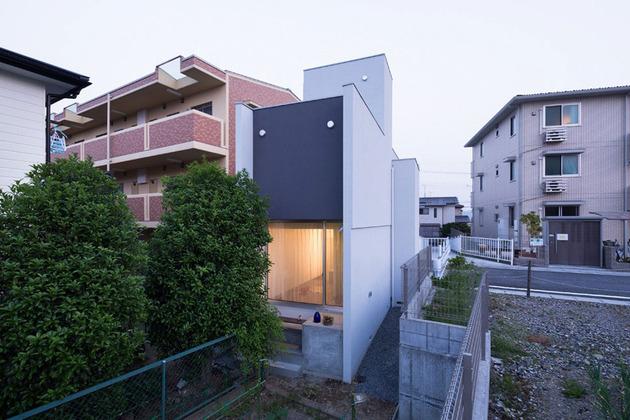narrow-urban-home-with-concrete-walls-and-upper-bridge-8.jpg
