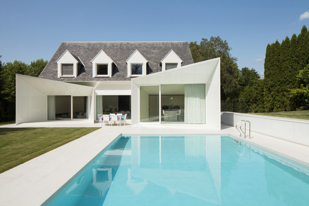 black and white belgium house with modern sculptural additions 1 thumb 630x419 17756 Black and white Belgium house with modern sculptural additions