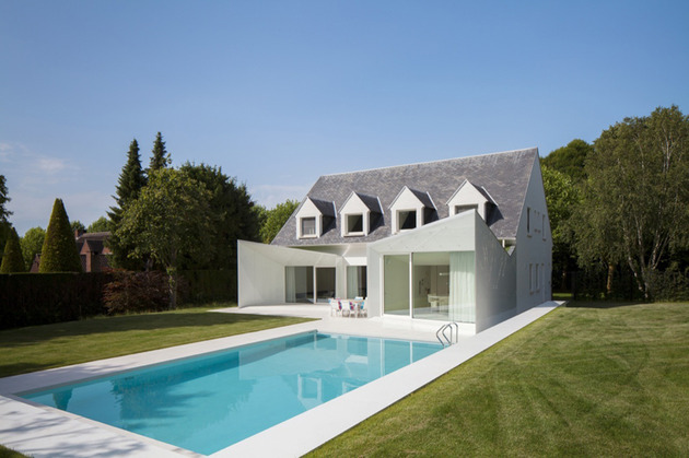 black and white belgium house with modern sculptural additions 2 thumb 630x419 17758 Black and white Belgium house with modern sculptural additions