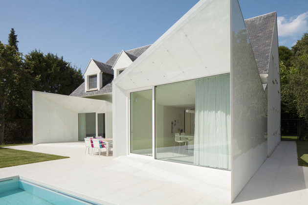 black-and-white-belgium-house-with-modern-sculptural-additions-7.jpg