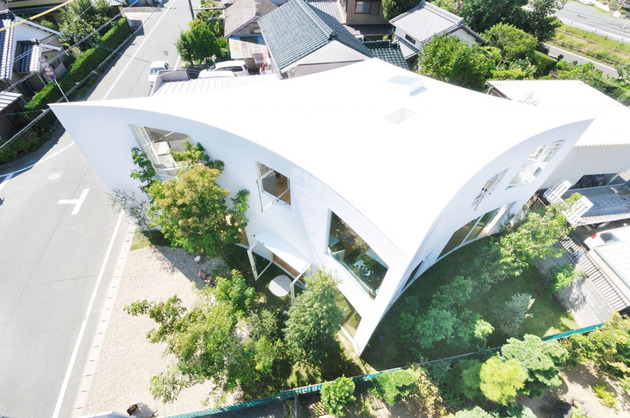 curved wall house with forest views in the city 1 thumb 630x418 17716 Curved wall house with forest views in the city