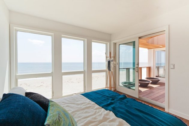 glass-gives-long-island-seashore-house-masterbed.jpg