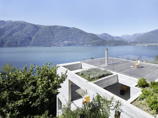 minamalist-concretehome-showcases-stunning-views-and-contemporaryliving-3-roof-garden.jpg