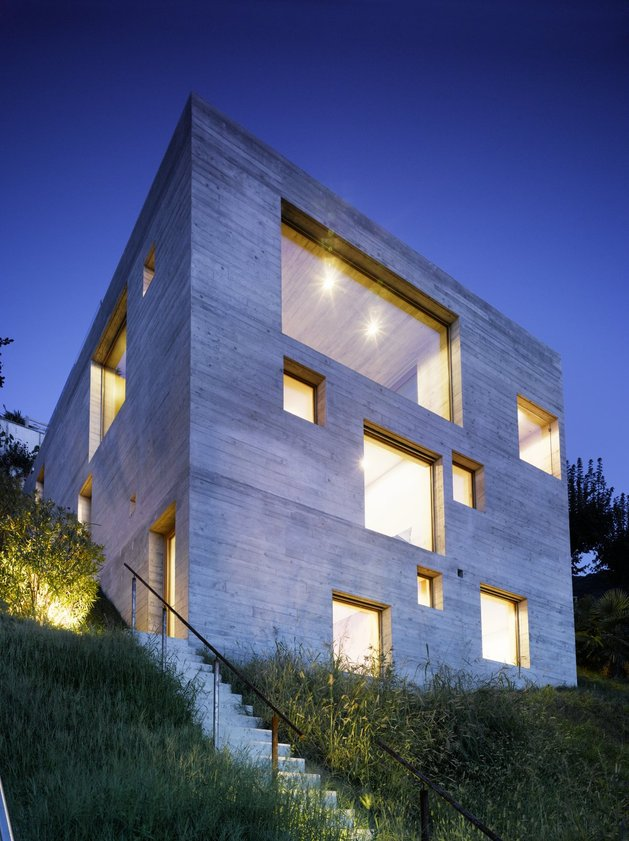 minamalist-concretehome-showcases-stunning-views-and-contemporaryliving-nightsky.jpg