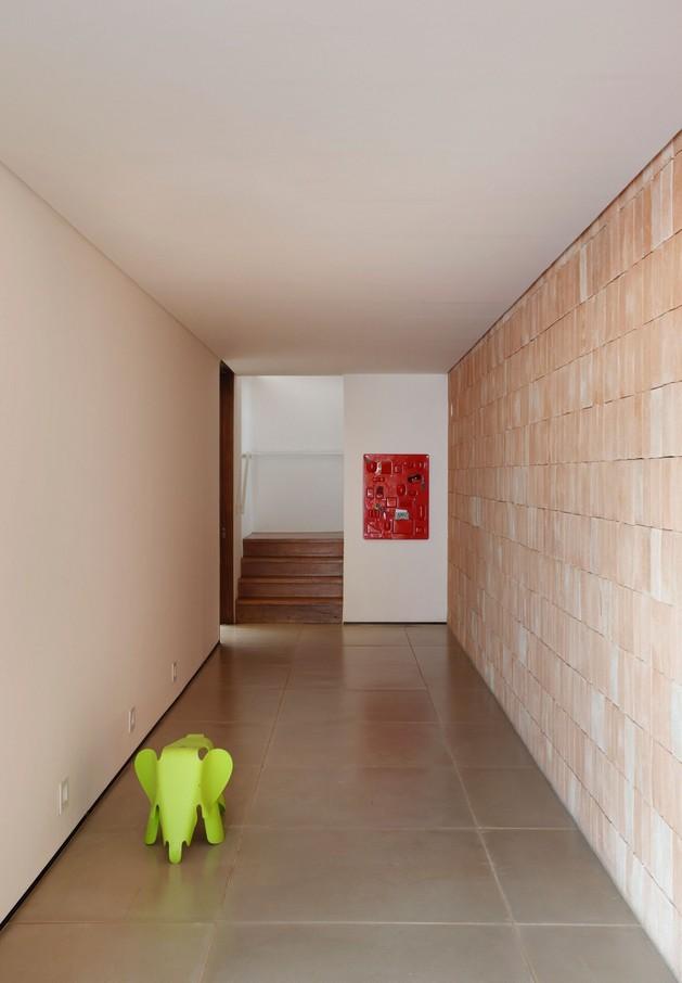minimally-built-home-striking-public-private-spaces-17-stairway.jpg