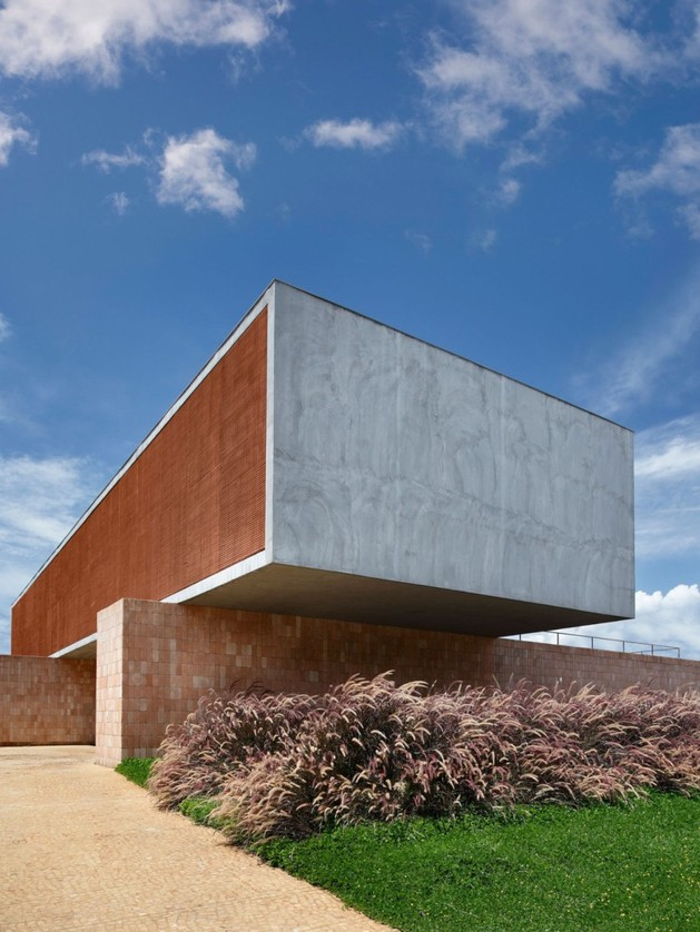 minimally-built-home-striking-public-private-spaces-5-cantilevered.jpg