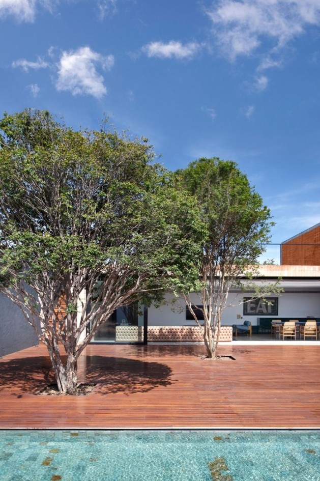 minimally-built-home-striking-public-private-spaces-9-park-trees.jpg