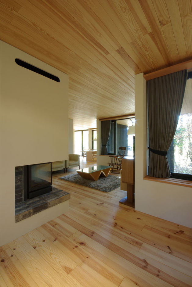 spacious-japanese-rancher-nestles-natural-environment-5-living.JPG