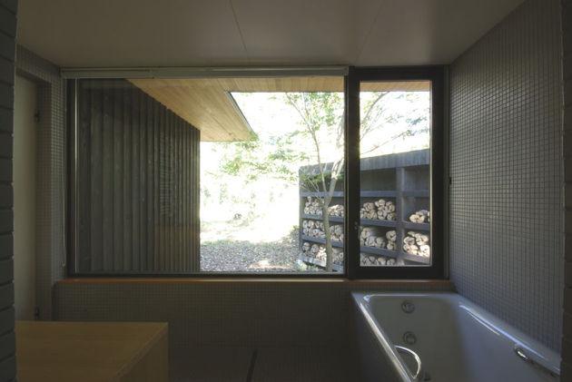 spacious-japanese-rancher-nestles-natural-environment-9-tub.JPG