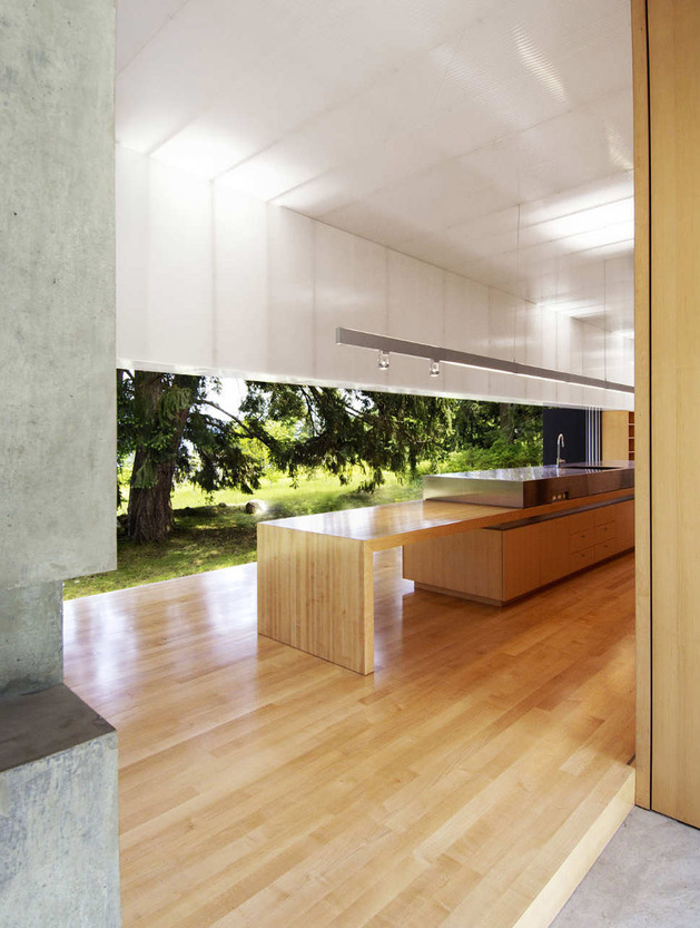 unusual-linear-house-with-open-breezeway-and-luminous-ceiling-8.jpg