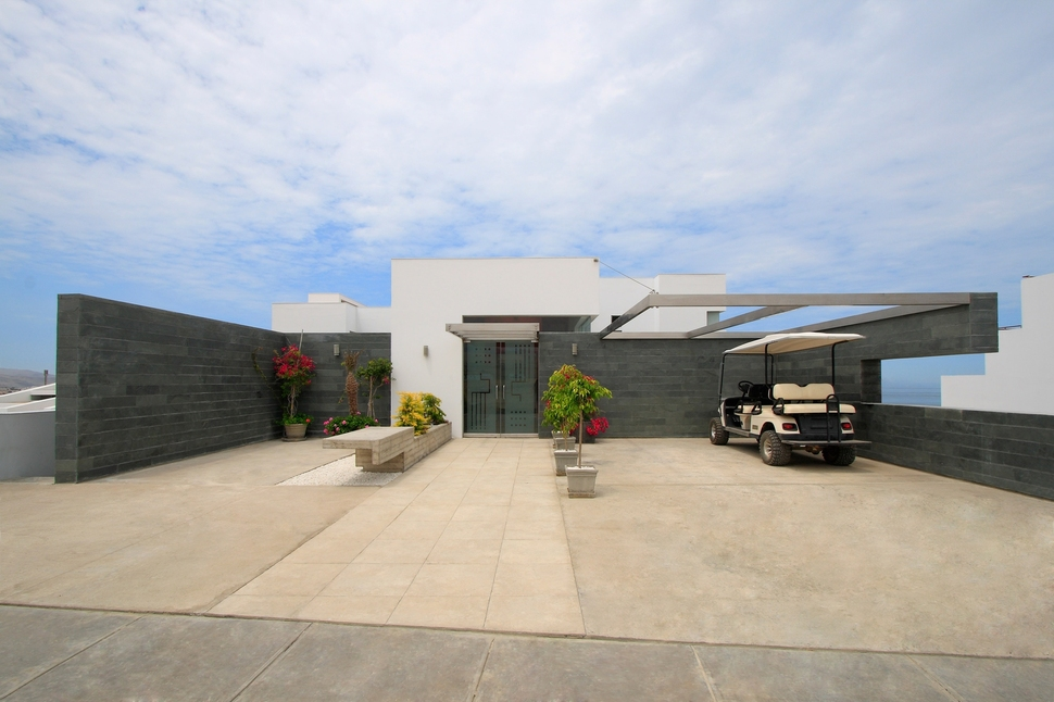 Alvarez beach house in peru is a visual masterpiece for One story beach house