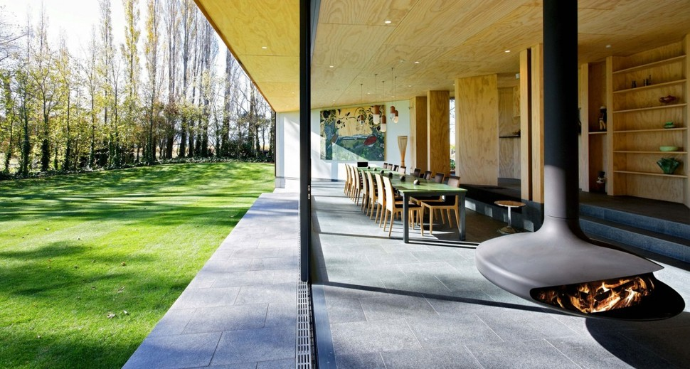 New zealand cloudy bay shack designed for indoor outdoor for Indoor outdoor home designs