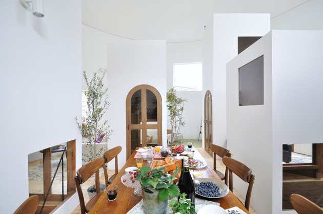 compact-circular-home-unique-space-divisions-7-kitchen-table-stairway.jpg