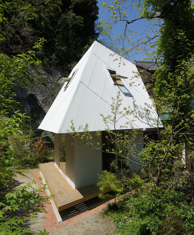 compact-diamond-shaped-house-plan-yuji-tanabe-4-through-plants.jpg