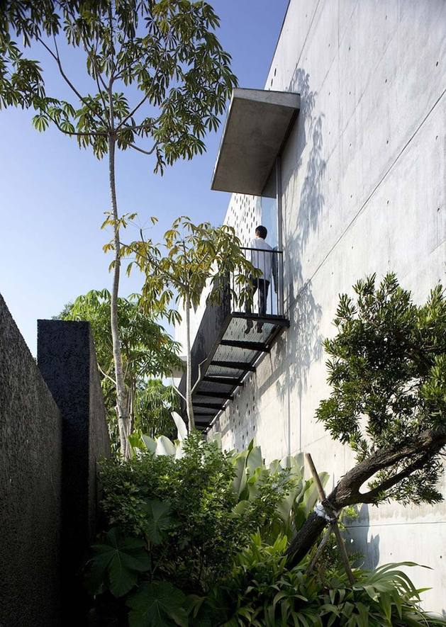courtyard house open to outdoors with sculptural staircase 2 thumb 630x885 22142 Courtyard House Open to Outdoors with Sculptural Staircase