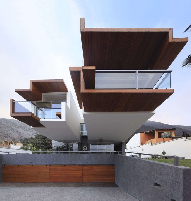 creatively cool dual cantilevered house peru 1 front straight on thumb 630x663 20359 Creatively Cool Dual Cantilevered House In Peru