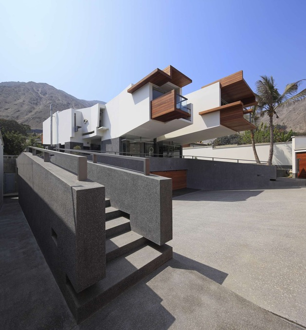 creatively cool dual cantilevered house peru 2 front bulky angle thumb 630x677 20361 Creatively Cool Dual Cantilevered House In Peru