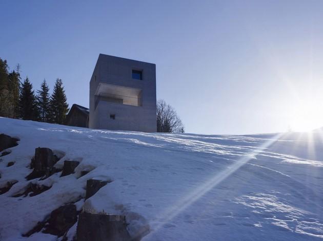 cubic-concrete-mountain-cabin-by-marte.marte-architekten-3.jpg