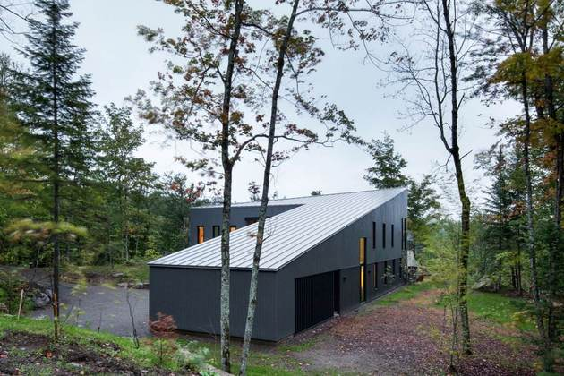 diagonal-roofline-defines-extensive-canadian-hill-lot-home-5-slope-front.jpg