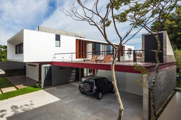 dual-direction-concrete-home-surrounds-poolside-courtyard-brazil-12-facade.jpg
