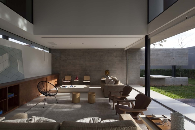 dual-direction-concrete-home-surrounds-poolside-courtyard-brazil-7-living.jpg