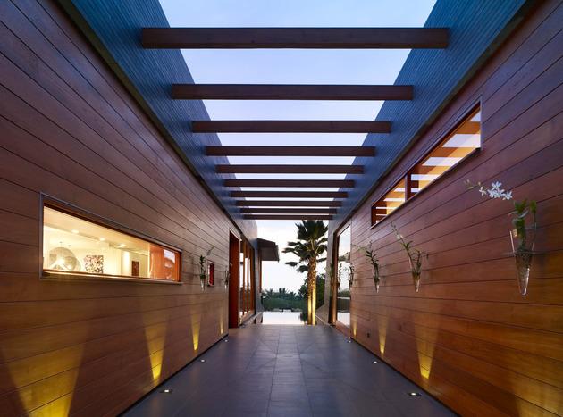eco-friendly-kona-home-hawaiian-craftsmanship-modern-details-11-corridor.jpg
