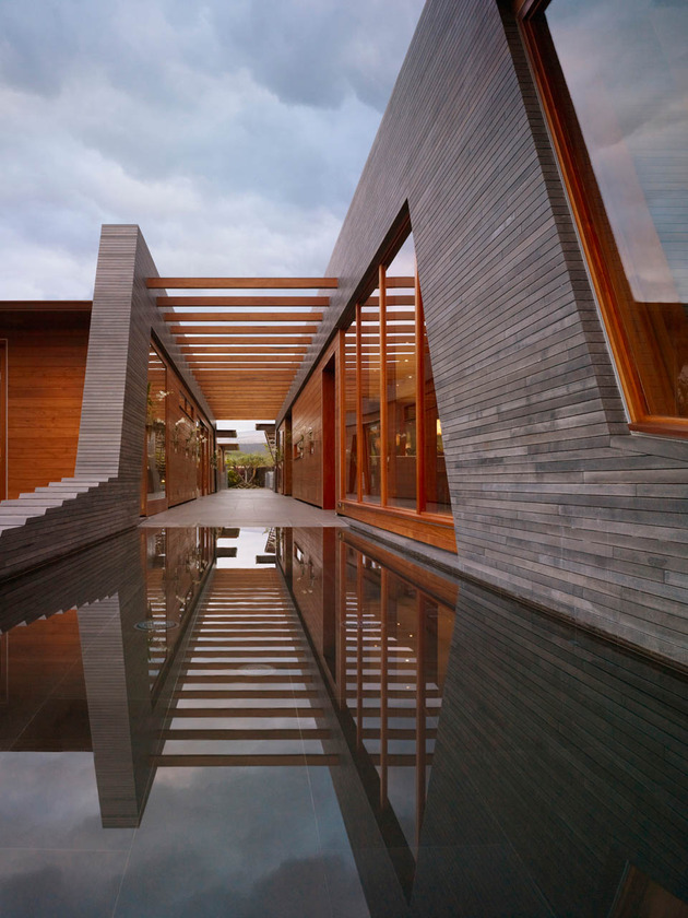 eco-friendly-kona-home-hawaiian-craftsmanship-modern-details-12-corridor.jpg