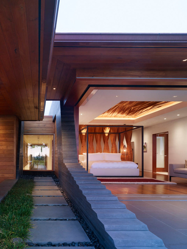 eco-friendly-kona-home-hawaiian-craftsmanship-modern-details-17-corridor.jpg