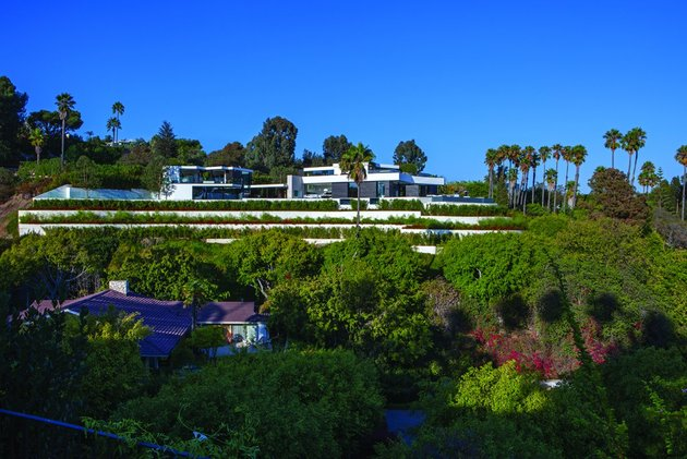 extravagant contemporary beverly hills mansion with creatively luxurious details 2 side thumb 630x421 22267 Extravagant Contemporary Beverly Hills Mansion With Creatively Luxurious Details