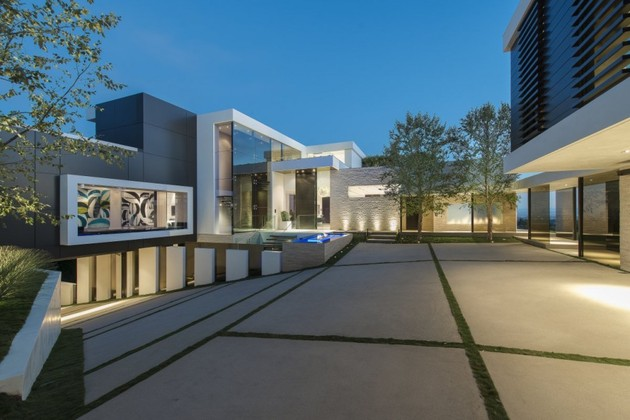 extravagant-contemporary-beverly-hills-mansion-with-creatively-luxurious-details-4-courtyard.jpg
