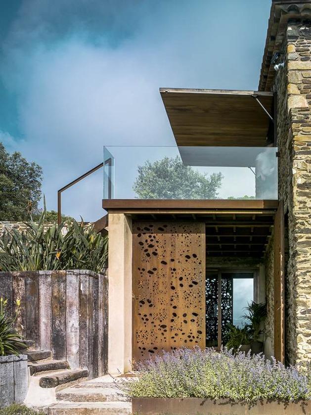 fantastic-spanish-estate-renovation-preserves-precious-traditional-architecture-3-glass-railing.jpg