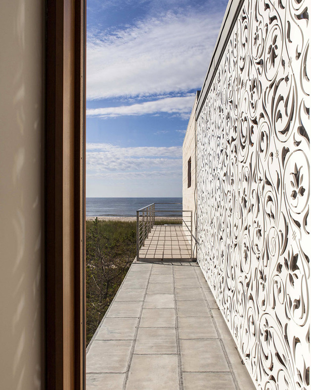 hamptons-beach-house-with-elegant-metal-screen-4.jpg