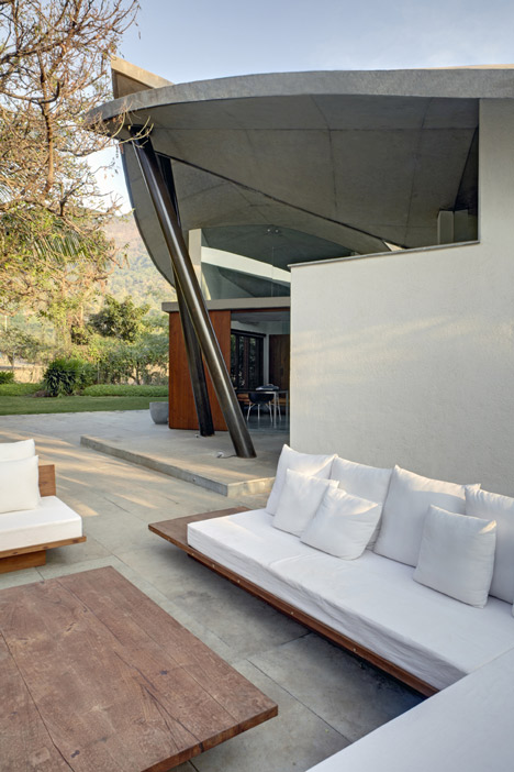 indoor-outdoor-home-india-sheltered-concrete-leaves-3-outdoor-living.jpg