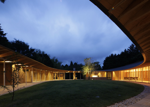 japanese-home-betrays-square-exterior-with-teardrop-shaped-courtyard-4-nighttime.jpg