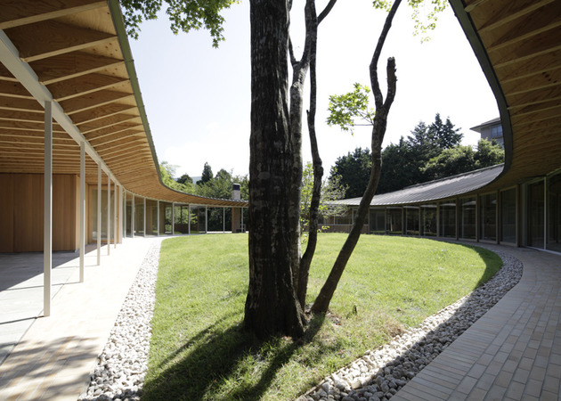 japanese-home-betrays-square-exterior-with-teardrop-shaped-courtyard-5-tree.jpg