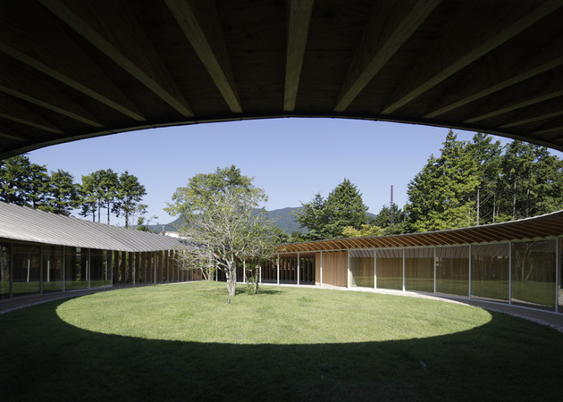 japanese-home-betrays-square-exterior-with-teardrop-shaped-courtyard-6-roof-shadows.jpg