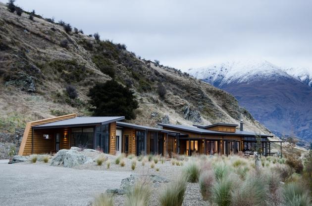 long-low-brewer-house-tucks-naturally-into-hillside-3-hillside.jpg