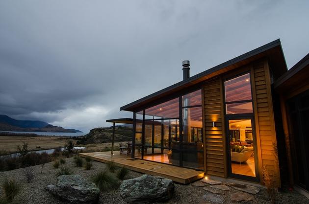 long-low-brewer-house-tucks-naturally-into-hillside-7-deck.jpg
